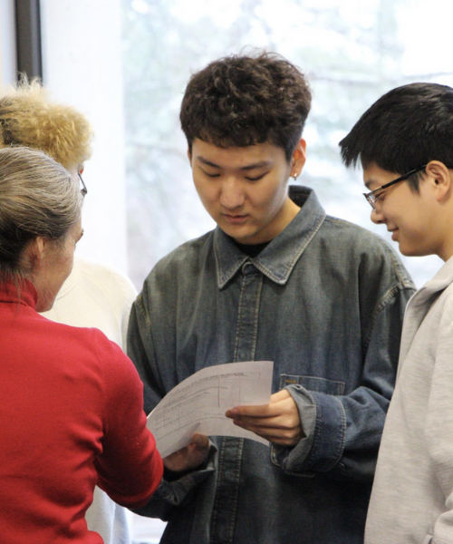 Students speaking to librarians